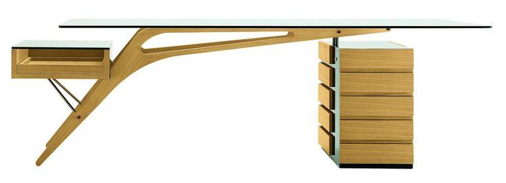 Jetzt bei Desigano.com Cavour Schreibtisch Tische, Schreibtische von Zanotta ab Euro 6 378,72 € https://www.desigano.com/schreibtische/1566-cavour-schreibtisch-zanotta.html Ein Designerschreibtisch der überzeugt - CAVOUR! Dieser unverwechselbare Schreibtisch hat eine Tischplatte aus Kristallglas in Stärke 12 mm. Sein Gestell wie auch die Schubladen und Ablagen bestehen aus naturfarbener oder wengé-gebeizter Eiche. Außerdem bestehen die Ablagen und die Schubladen zum Teil aus schwarzen…