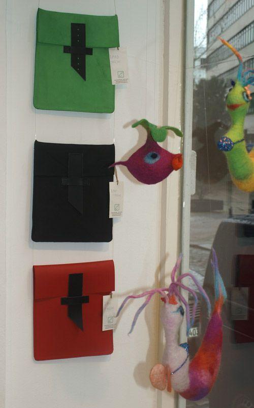 iPad Taschen neben Filztieren von Petra Klischat im Schaufenster von Kunst und Gemüse in der Wexstraße, in der Nähe von Großneumarkt und Hamburger Michel (Michaeliskirche) http://aktuelles.emmanueldumas.de/produkte