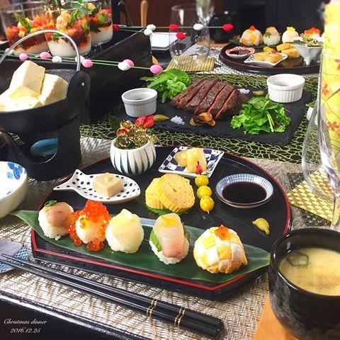 . 昨日はおもてなしおうちごはん😊 . 飲食店をしてた時に一緒に働いてくれていた 大好きな子達が福岡から 遊びに来てくれました🚅❤️ . 「身体に良い物が食べたい🙏🏻」とのオーダー。 まだ22歳なのに?おったまげ〜👩🏻 と思いながら、和食の献立に🍁 . 最近洋食続きだったから丁度良かった😆🙌🏻 ☝︎🗣丁度良かったんかい . メニューは ✿ 胡麻豆乳の#湯豆腐 ✿ #手毬寿司 ・まぐろ×ねぎ ・鯛×レモン ・かんぱち×大葉×柚子皮 ・いくら ・編み卵 ✿ カブの出汁煮 酢味噌のせ ✿ 小松菜のおひたし ✿ 胡麻豆腐 ✿ 塩煎りぎんなん ✿ だし巻き卵 ✿ 和風カクテルサラダ ✿ 鶏もものたたき ✿ 茶碗蒸し ✿ 赤身肉の#ステーキ . 和風のデーブルコーデで早くも正月っぽい🎍 . 何年経ってもこうやって集まってくれて 輝雅を可愛がってくれて 楽し過ぎてまた飲み過ぎて🍾🍻🍷 化粧したまま寝ちゃったパターン👄 朝起きたら顔がオバケなやつ👻☜ . 小顔ローラーしてむくみを取ろ💦 . 2016年も残りわずか✨…