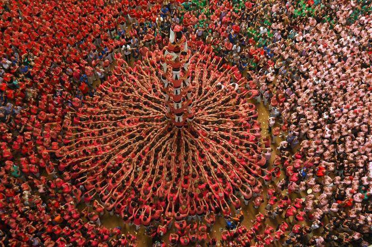 """Mitglieder des Teams Colla Vella dels Xiquets de Valls bilden einen menschlichen Turm, ein """"Castell"""", während des Human Towers Wettbewerbs. (2. Oktober)Tarragona, Spain - Lluis Gene/AFP/Getty Images"""