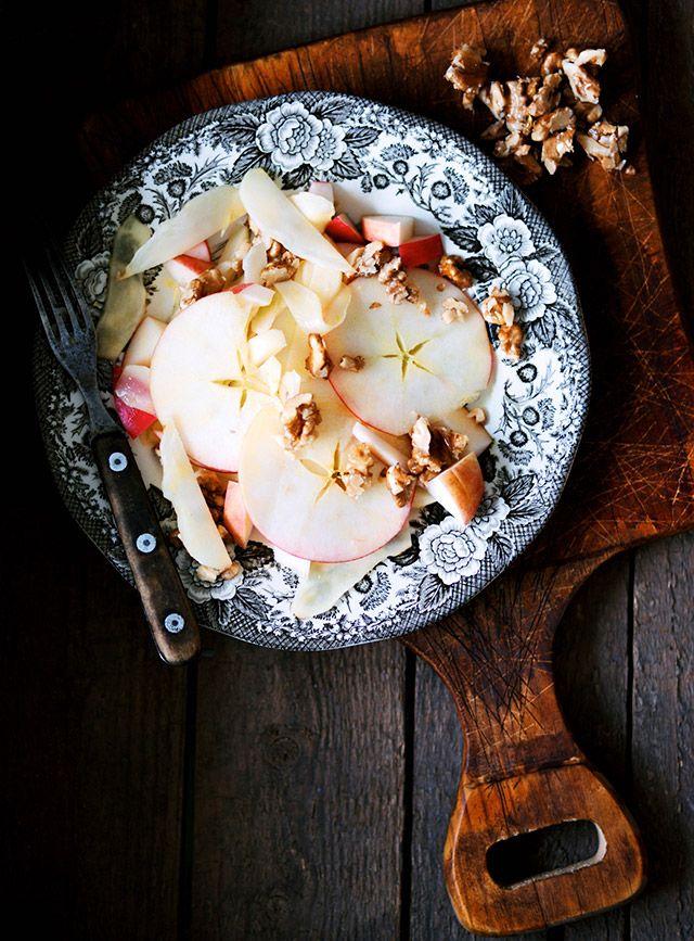 Æble-jordskokkesalat med karamelliserede valnødder