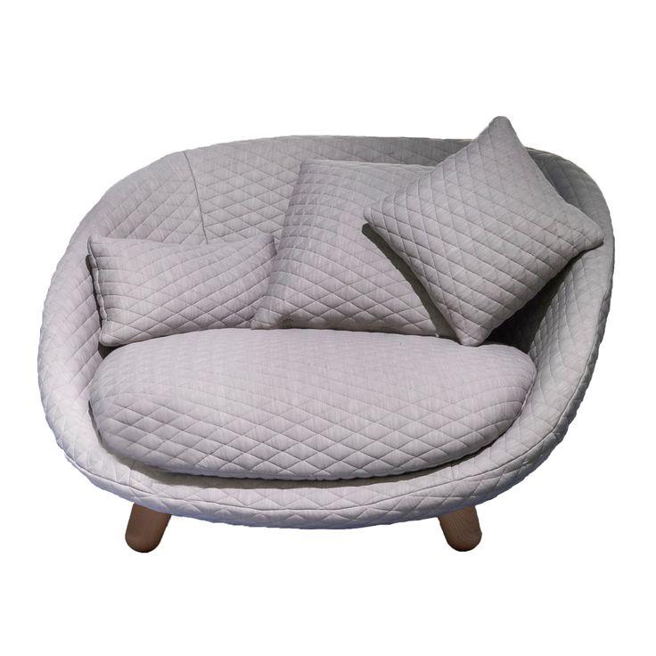 Love Sofa, designad av Marcel Wanders för Moooi är ett mellanting mellan soffa och fåtölj. Liten men väl tilltagen och med mjuka, rundade former bjuder den in till mysiga hemmakvällar. Soffan är designad för att hylla intimiteten av två personer som kryper upp i soffan tillsammans.  Love Sofa är tillverkad i gjutet skum med metallram för varaktig komfort och är klädd med Summit UNI Grey.