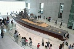 広島県呉市宝町にある呉市海事歴史科学館(大和ミュージアム)  戦時には戦艦大和を造船した呉市 戦後も世界最大のタンカーを造船したりと素晴らしい業績で知られています 船をつくる科学技術をシミュレーターなどを通して楽しく学べるミュージアムです  1階には実際の10分のの大きさの戦艦大和の模型があります可能な限り詳細に再現したもので平和のシンボルとして展示されています 3階では船が浮く仕組みや動き方造船などについて体験をしながら楽しく学べるスポットです  tags[広島県]