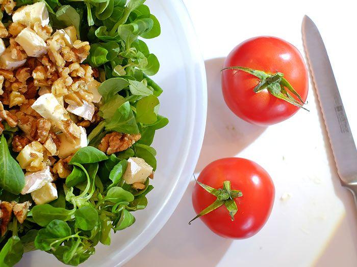 Deze lekkere salade met brie, walnoot en honing heb je in een kwartiertje…
