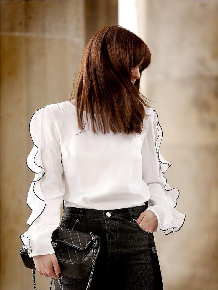 Außergewöhnlich schön und schön außergewöhnlich! Ob zur schwarzen Jeans für den Schwarz & Weiß-Look, festlich mit Anzughose oder als locker-luftiges It-Piece zum knielangen Rock – Fashionista @catsanddogsblog hat viele Ideen, wie man das Shirt mit Rüschen in Szene setzt.