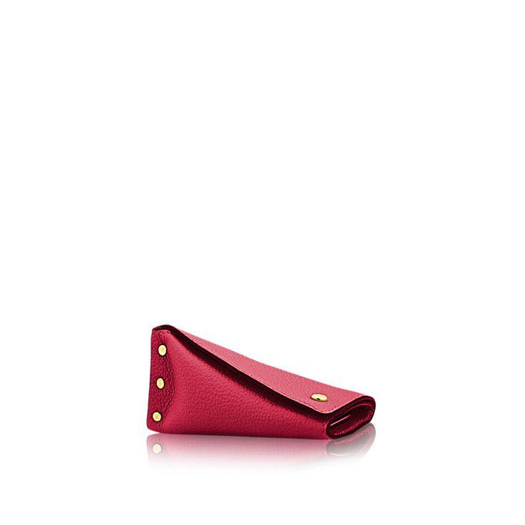 Descubra el Louis Vuitton Llavero Berlingot  En la expresión de un auténtico estilo de vida de lujo y elegancia, este modelo Berlingot de piel de becerro suave tiene capacidad para 4 llaves. Incorpora forro fucsia y remaches dorados brillantes inspirados en los históricos baúles Louis Vuitton. Esta propuesta divertida y sorprendente será un regalo original y estiloso.