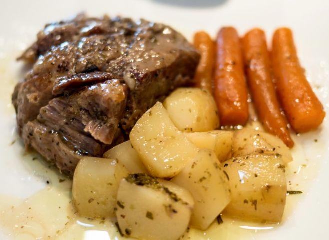 Αρνάκι με πατάτες και καρότα, σιγοψημένα στη γάστρα