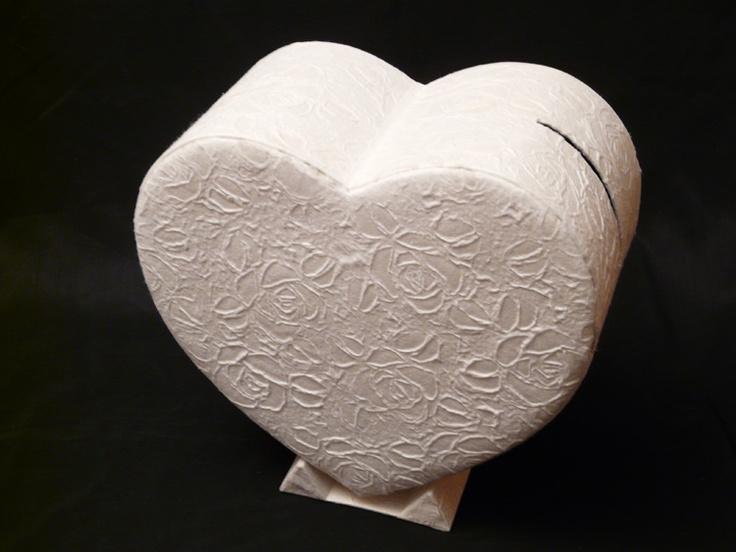Hartvormig enveloppendoos Rosalyn is van handgeschept papier gemaakt met rozen motieven. Op de doos zit een gleuf van 14 x 1,5 cm.    Afmeting: 36x30X18 cm