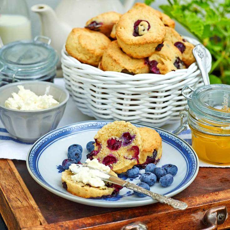 Lyxa till frukosten med att ha blåbär i dina scones.