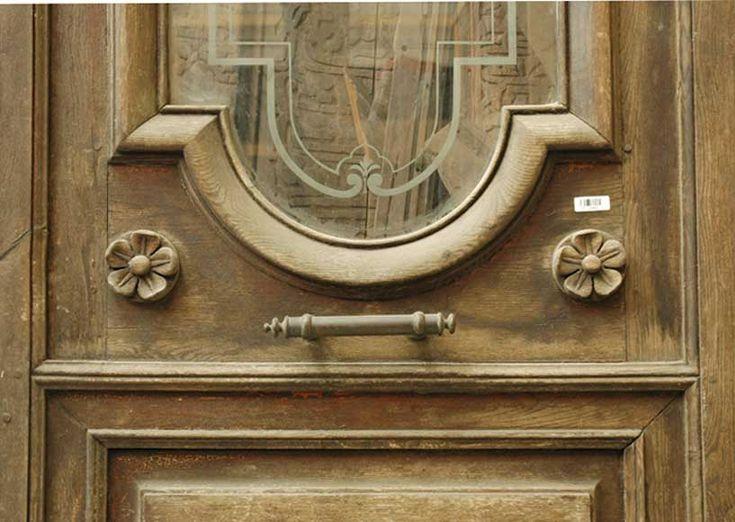 Двустворчатая деревянная дверь с головами сатиров