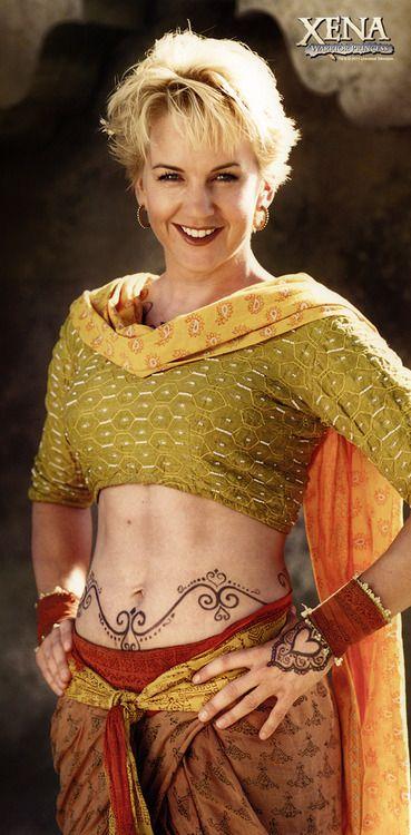 Gabrielle con su atuendo de la 4ta temporada, durante su búsqueda espiritual en la India. Esta es de las imágenes más difíciles de encontrar de la serie.