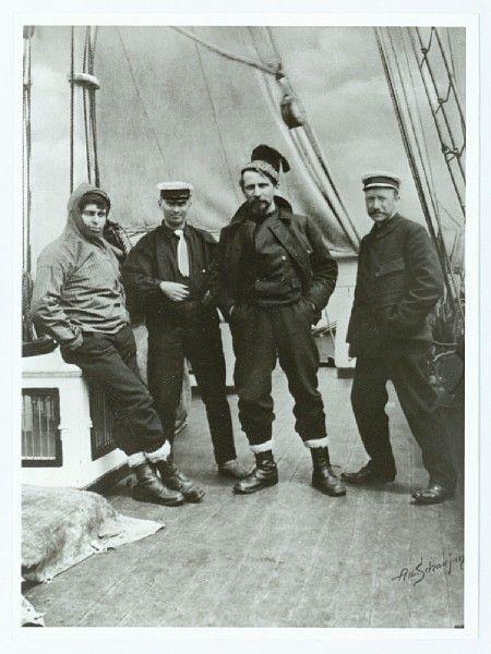 L. Mylius-Erichsen på dækket omgivet af sine folk (Fire medlemmer af Den litterære Grønlandsekspedition. Fra venstre: Knud Rasmussen, Harald Moltke, Mylius Erichsen og Alfred Bertelsen)