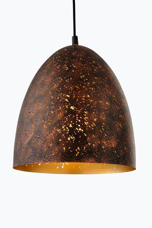 Taklampa av svart och rostfärgad metall med små oregelbundna hål som sprider ett spännande ljus. Mässingsfärgad insida. Lampans höjd 32 cm. Ø 30 cm.  Svart textilsladd med takkontakt, sladdlängd 110 cm. Stor sockel E27. Max 60 W.<br>Ljuskälla ingår ej. <br><br>