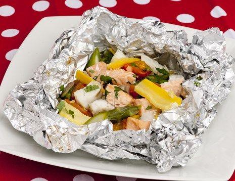 I disse grillpakkene kan grønnsakene varieres i det uendelige, og all slags fisk kan brukes. Her har vi brukt laks og torsk og squash, løk og asparges. Er det ikke grillsesong, så lager du enkelt pakkene i stekeovnen.