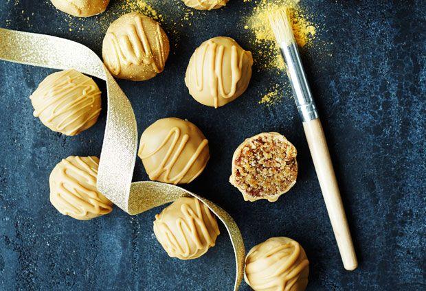 Gyldne snickerskugler med lys chokolade med et strejf af karamelsmag. Pas på! De er vanedannende.
