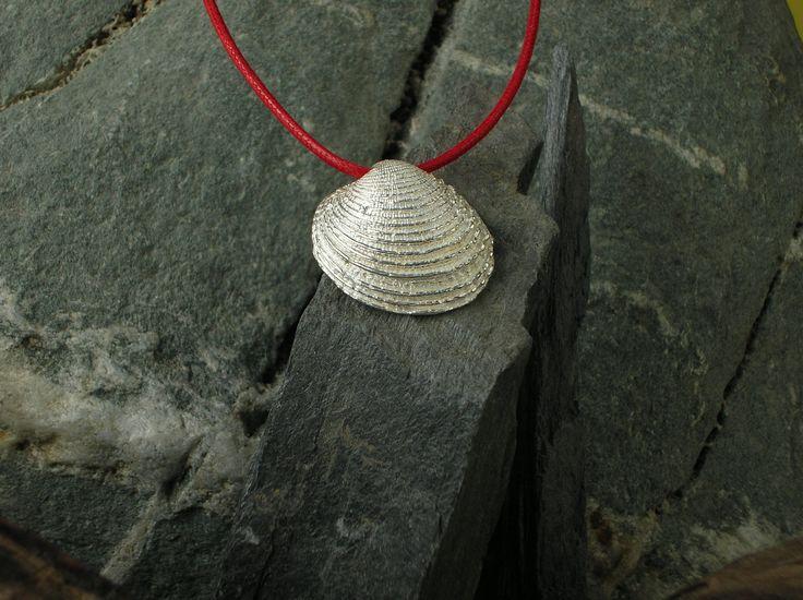 Ciondolo in argento 925/1000 raffigurante una conchiglia ottenuta con calco dal naturale tramite la tecnica della fusione a cera persa. #RRorafi #GioielliCheAttraversanoIlTempo #Jewels