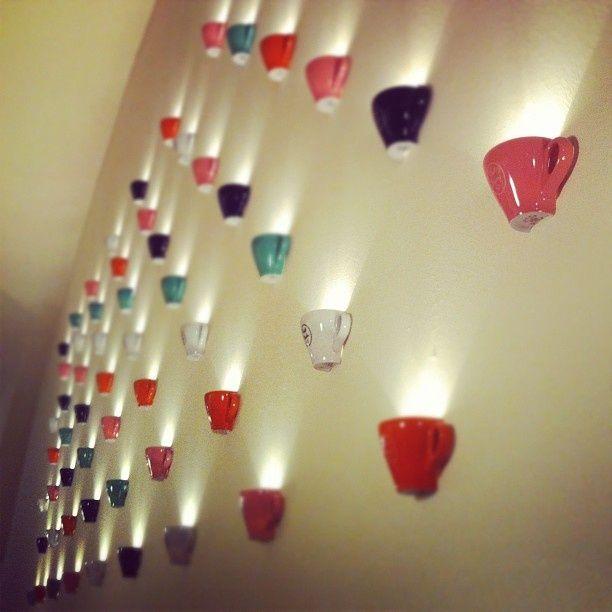¡Acabo de encontrar esta imagen para una de las paredes de mi futura pastelería! Es una idea muy buena, y poniendo tazas de los colores de la pastelería puede quedar super bonita.
