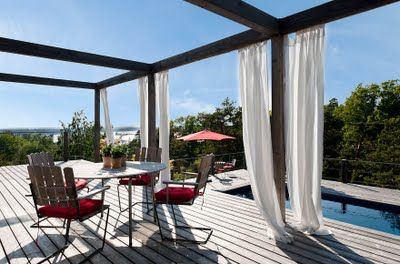"""Att göra ett uterum på sin altan kräver inte bara möbler med staket, spalje'er eller väggar. Ett väldigt effektivt och sjukt snyggt sätt är att bara """"definiera rymden"""" som man vill ha som uterum. Man gör detta med balkar i en rumsdefinition som visar var de tänkta väggarna och taket finns."""