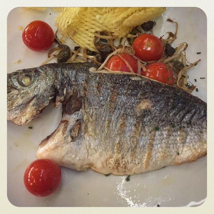 Lomo de dorada a la parrilla con salteado de tomate ajo y alcaparras #delicatessen #spanishfood #madridlife