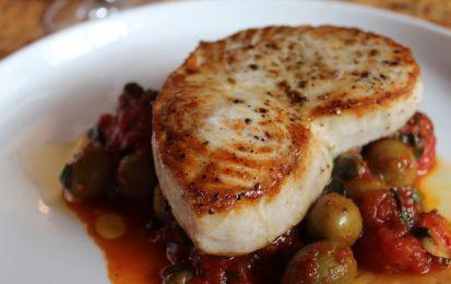 Pesce spada alla siciliana - Provate a preparare il pesce spada alla siciliana: la ricetta prevede l'accostamento al pesce spada dei pomodori  pelati, di una manciata di capperi e di qualche oliva, insieme ad un gambo di sedano.