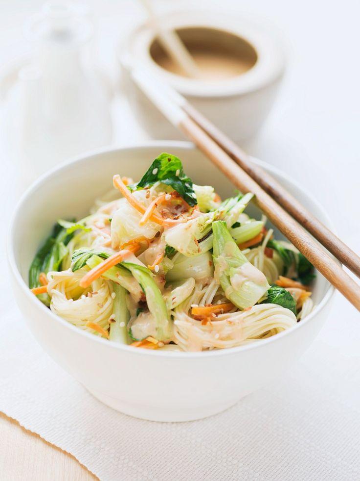 Asia-Nudeln mit Pak Choi und Möhren | Zeit: 25 Min. | http://eatsmarter.de/rezepte/asia-nudeln-mit-pak-choi-und-moehren
