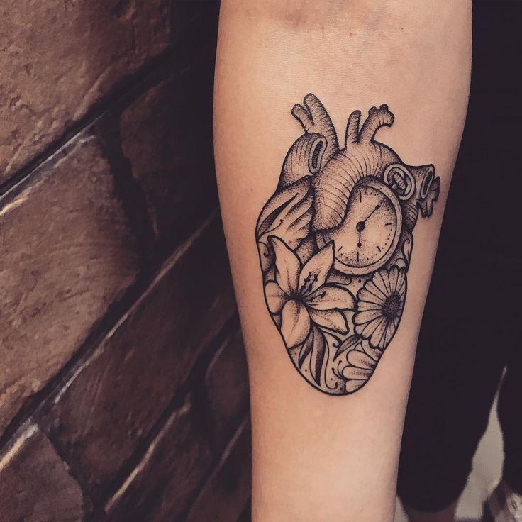 Tatuagem criada por Lucas Milk de Florianópolis. Coração formado com objetos como relógio, flores e artérias.