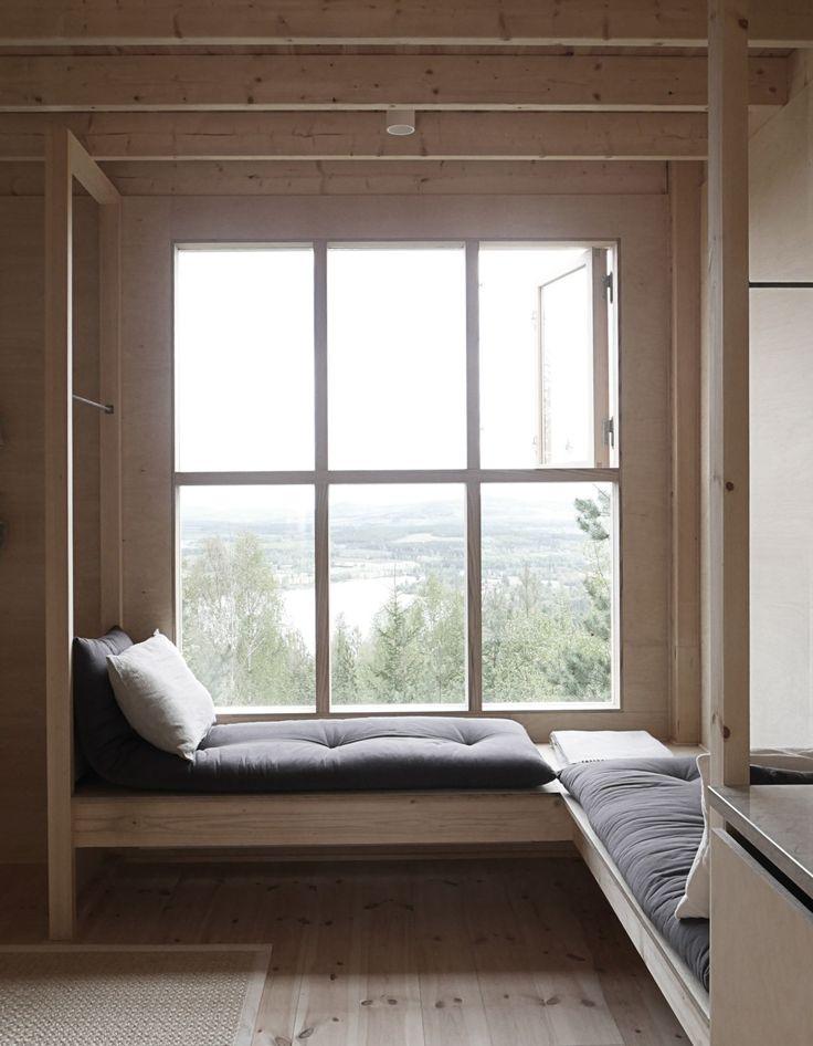 Arkitekten Hanna Michelson har tagit fram en fantastisk timmerstuga i minimalistisk design med utsikt över Åsberget i Bollnäs.