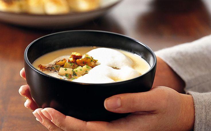 Ljuvligt god och festlig soppa på palsternacka. Soppan får en härligt skummande yta med en topping av päron och valnötter.