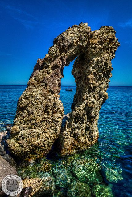 Cool rock formation. © Santorini Photo Tours / Olaf Reinen