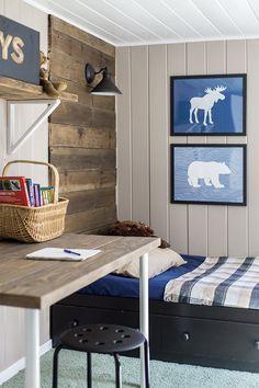 Budget Boy's Room Makeover: The Reveal - älskar väggen och det hembyggda bordet m hyllor över