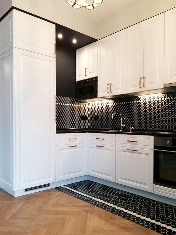 Белая кухня с классическими фасадами из массива бука. Красится в любые цвета по раскладке RAL и Wood Color, может быть любого размера.