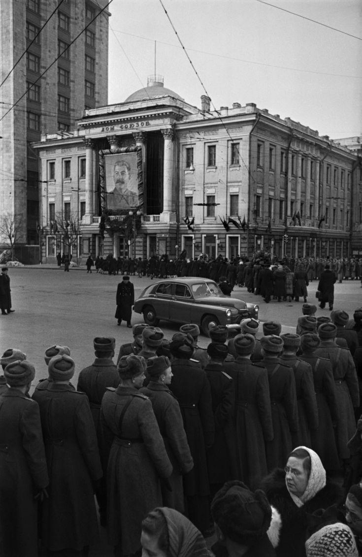 I funerali di Stalin davanti alla Casa dei sindacati a Mosca, nel marzo 1953. - (Emmanuil Evzerichin, FotoSoyuz)