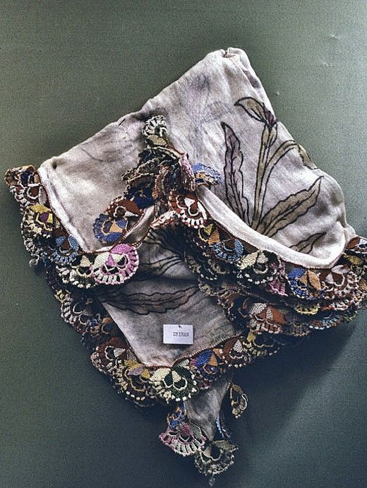 An 'oyalı yazma' (headscarf, edged with Turkish lace) from the Bergama district (in the north of the Izmir province). Mid-20th century. On exhibit in the Bergama Museum. (© Dick Osseman).