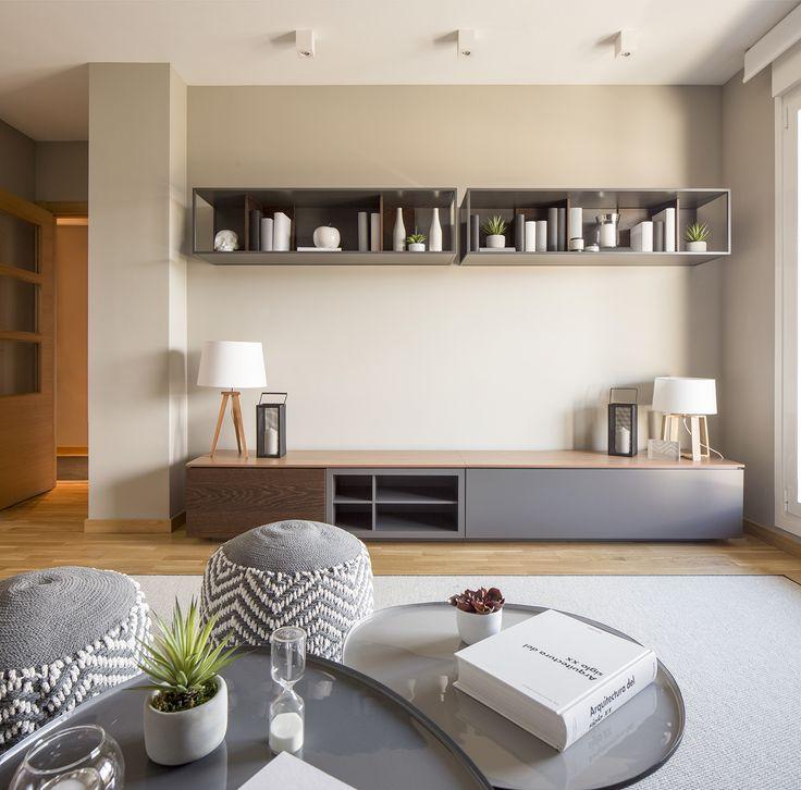 Detalle de vivienda de nueva construcción amueblado, decorado e iluminado íntegramente por Natalia Zubizarreta Interiorismo. Mueble TV de Mobenia.