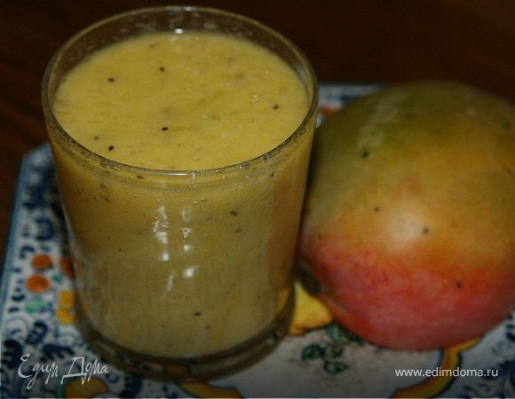 Коктейль из ананаса, манго и киви. Ингредиенты: ананасы, манго, киви