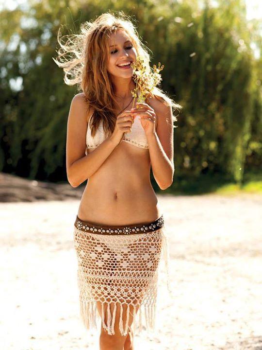 Для меня Анна Костурова — это лето, море, солнце, пляж, это свобода, легкость и невесомость, это энергия и сексуальность, это буйство цвета и игра узоров... Анна Костурова — популярный канадский дизайнер пляжной вязаной одежды. Ее великолепные платья, туники, брюки и купальники с удовольствуем носят голливудские звезды. Ее изделия всегда преображают, выгодно подчеркивая красивый женский силуэт.