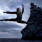 Ballet: arte efímero, entretenimiento culto, clásico, elegante, bello, no es secreto que las luces del escenario cambian muchas cosas, pero cuando éstas se apagan, ¿qué queda? Mucha gente no lo sabe, pero la danza es una profesión difícil y el ballet, en su eterna búsqueda por la perfección, es uno de los estilos más demandantes. …
