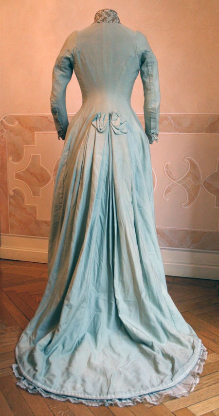 1886 back - House dress in blue wool. Closed in front of the center for two-thirds the length with buttons (below) and hooks (above). ____ (translated from Italian by Google)