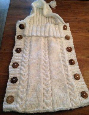 Trappelzak gemaakt door mijn moeder. Het patroon is in dit lookbook te vinden. Hij is wel langer gemaakt. In totaal zijn er 9 bollen wol gebruikt en 12 houten knopen. Daarnaast is de muts breder gemaakt.