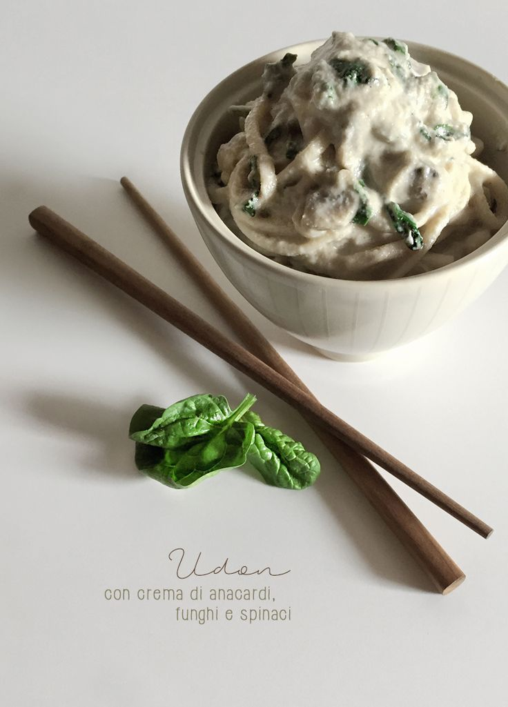 Udon con crema di anacardi, funghi e spinaci * Udon with cashew cream, mushrooms and baby spinach #vegan