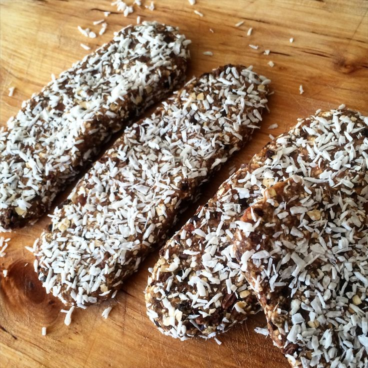 energierepen met dadels, havermout, cacao nibs en kokos!! energybars with dates, oats, cacao nibs and coconut!!