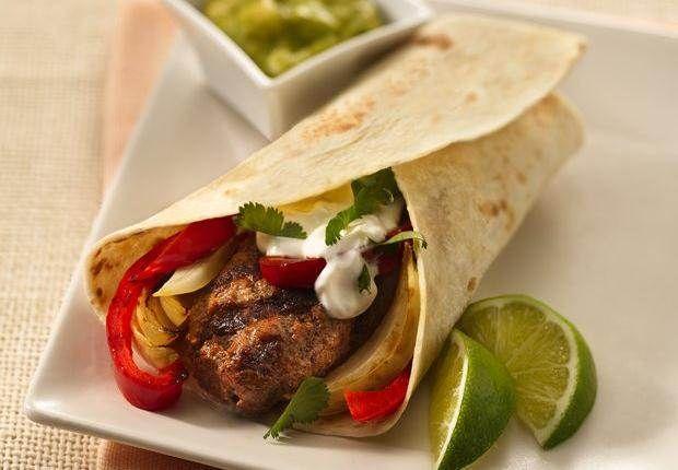 Diese Fajitas sind das mexikanische Pendant zum Hamburger: würziges Hackfleisch vom Rind und herzhaftes Grillgemüse in einer weichen Tortilla.