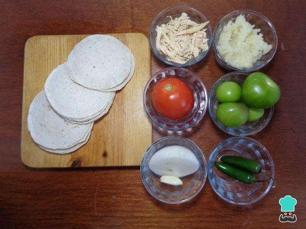 Aprende a preparar chalupas poblanas de Analco con esta rica y fácil receta. En México tenemos una gran variedad de platillos denominados antojitos mexicanos, estos...