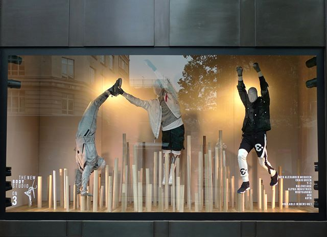WEBSTA @ imtamikim - 학부 시절부터 항상 많은 영감이 되어 주던 런던 #Selfridges 의 역동적인 #windowdisplay#BodyStudio #LONDON #MCQ #AlexanderMcqueen #CraigGreen #Y3 #Balenciaga #AlphaIndustries #Wooyoonmi #UEG #ADYN#Menswear #Menswear #womenswear #Activewear #Active #Fashion #런던 #패션