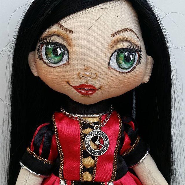 Instagram media torrytoys - Девочки бывают разные...разные и куклы. Ну всегда же делать милых ангелочков ))) Наша Алиса. Раньше я делала уже Алису с таким характером, живет она в США, а эта поедет в Германию на пмж. #torrytoys #dollstagram #collectiondolls #textildoll #интерьернаякукла #кукларучнойработы #коллекционнаякукла #алисавстранечудес #алиса
