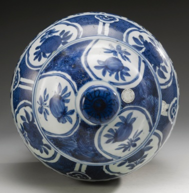 A BLUE AND WHITE BALUSTER JAR AND COVER MING DYNASTY, WANLI PERIOD - Sotheby's
