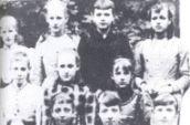 Klassefoto Middelbare Meisjes School (schooljaar 1890-1891) met geheel rechts (staande) Greetje Zelle