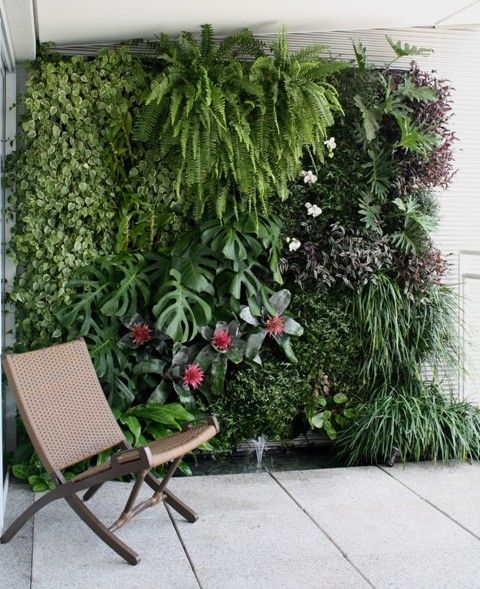 Jardim Vertical – Como fazer? REMEMBER WHEN WATERING, EVEN A BEGINNING VERTICAL GARDEN, THE WATER APPLIED TO THE TOP PLANTS WILL TRICKLE DOWN TO ALL BELOW IT. SAVES WATER, AVOIDS OVER WATERING.