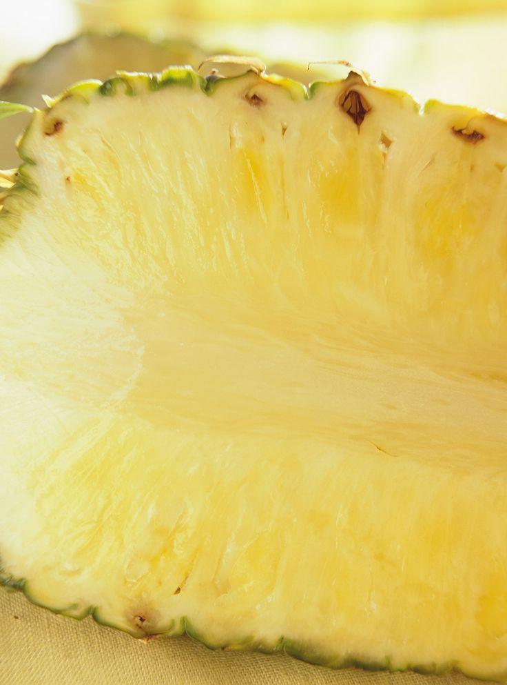 Recette d'ananas grillé au lait de coco de Ricardo. Recette délicieuse de dessert aux fruits, sur le barbecue. Servir 2 tranches d'ananas par personne. Accompagner de crème glacée et saupoudrer de noix de coco râpée grillée.