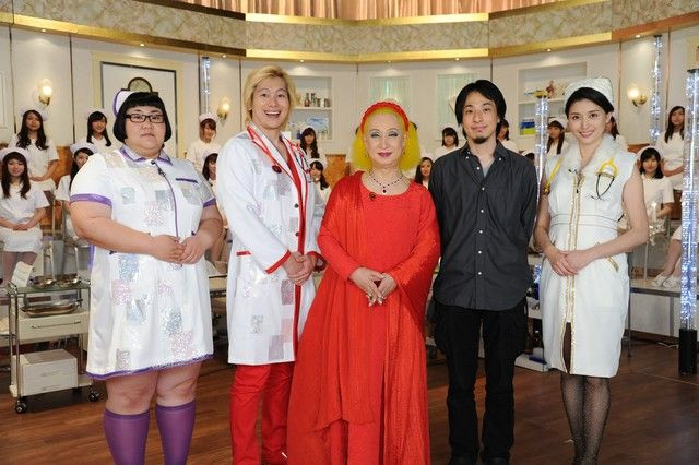 (左から)メイプル超合金、美輪明宏、西村博之、橋本マナミ。(c)テレビ朝日